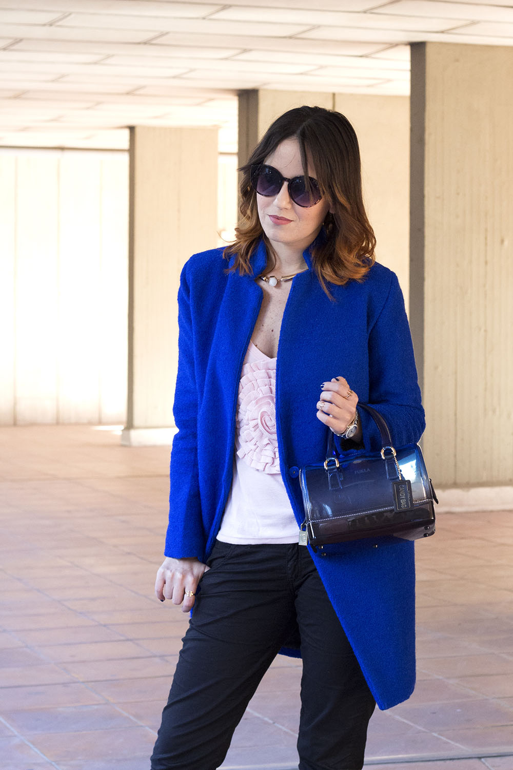 OUTFIT: CAPPOTTO BLU E SNEAKERS
