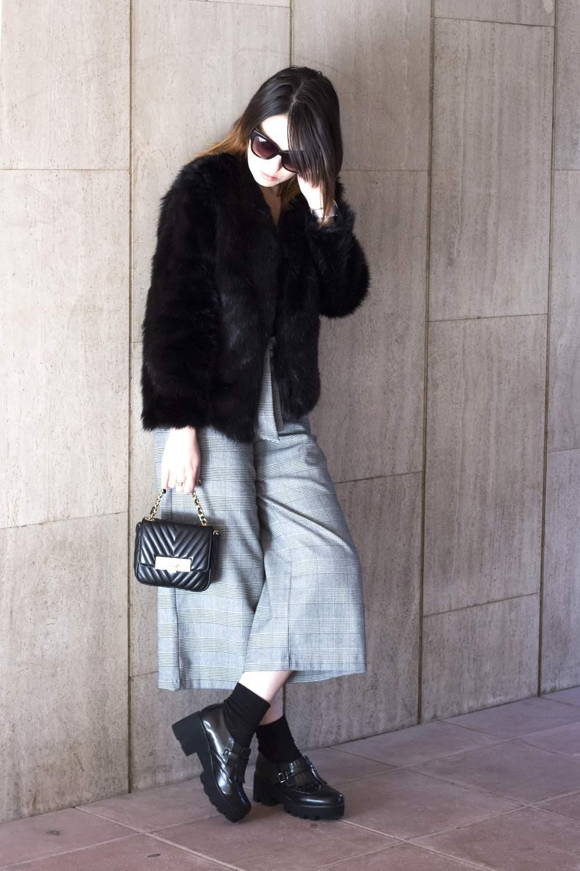 Outfit pelliccia e pantaloni culotte