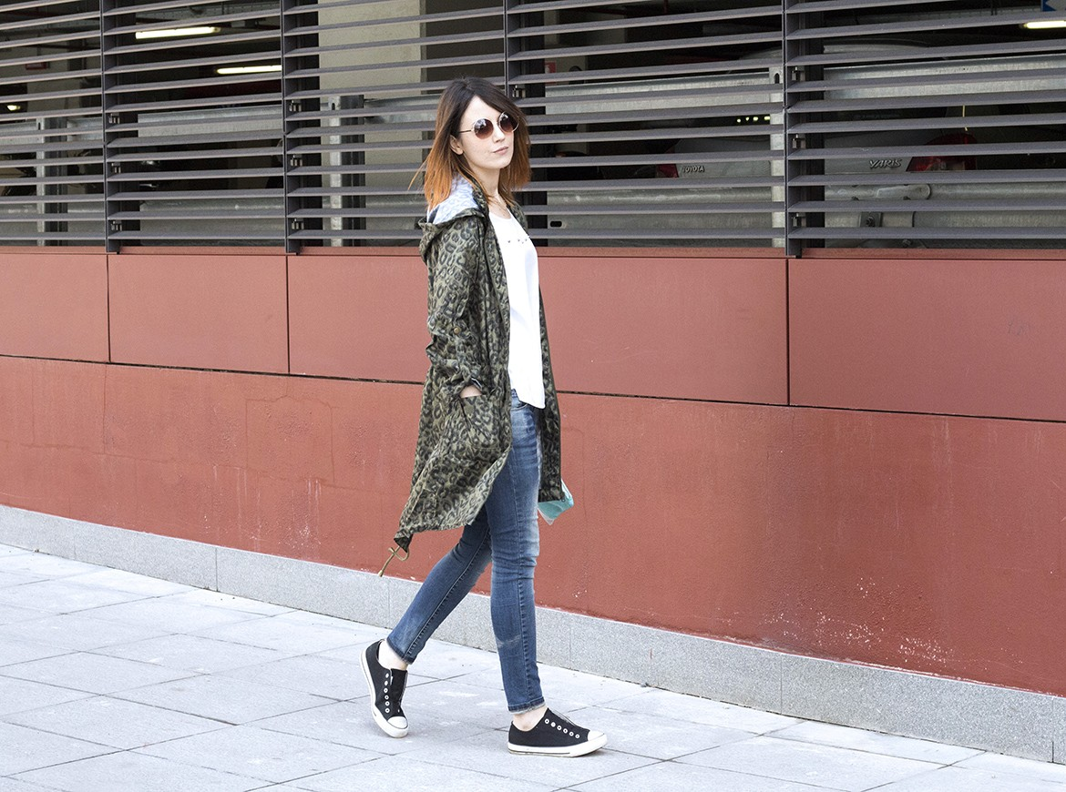 OUTFIT: IMPERMEABILE FASHION, DENIM E SNEAKERS