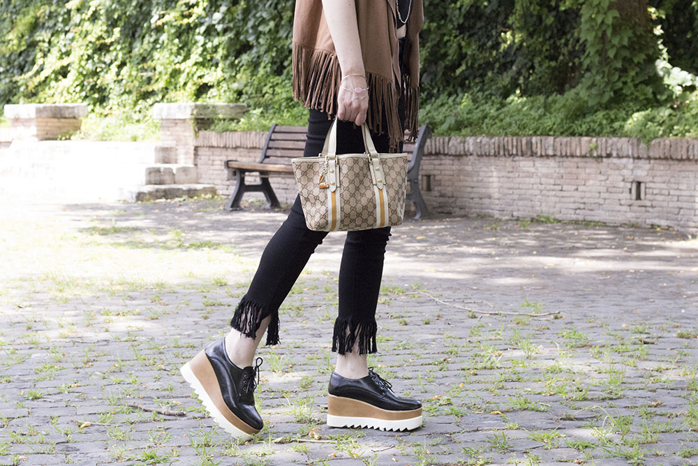 HIPPIE OUTFIT: FRINGED PANTS AND PLATFORM SHOES